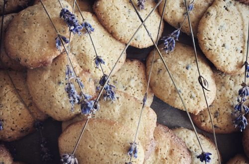Selbst gebackene Lavendelkekse mit getrocknetem Lavendel darüber.