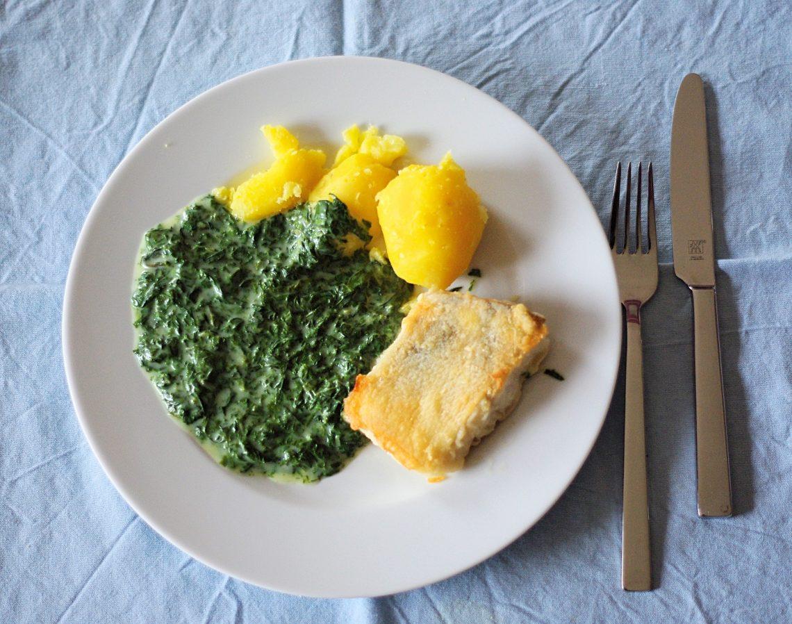 Teller mit Mangold, Kartoffeln und Fischfilet