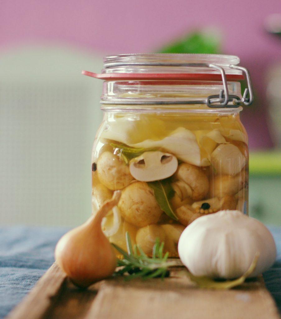Bügelglas mit fermentierten Champignons