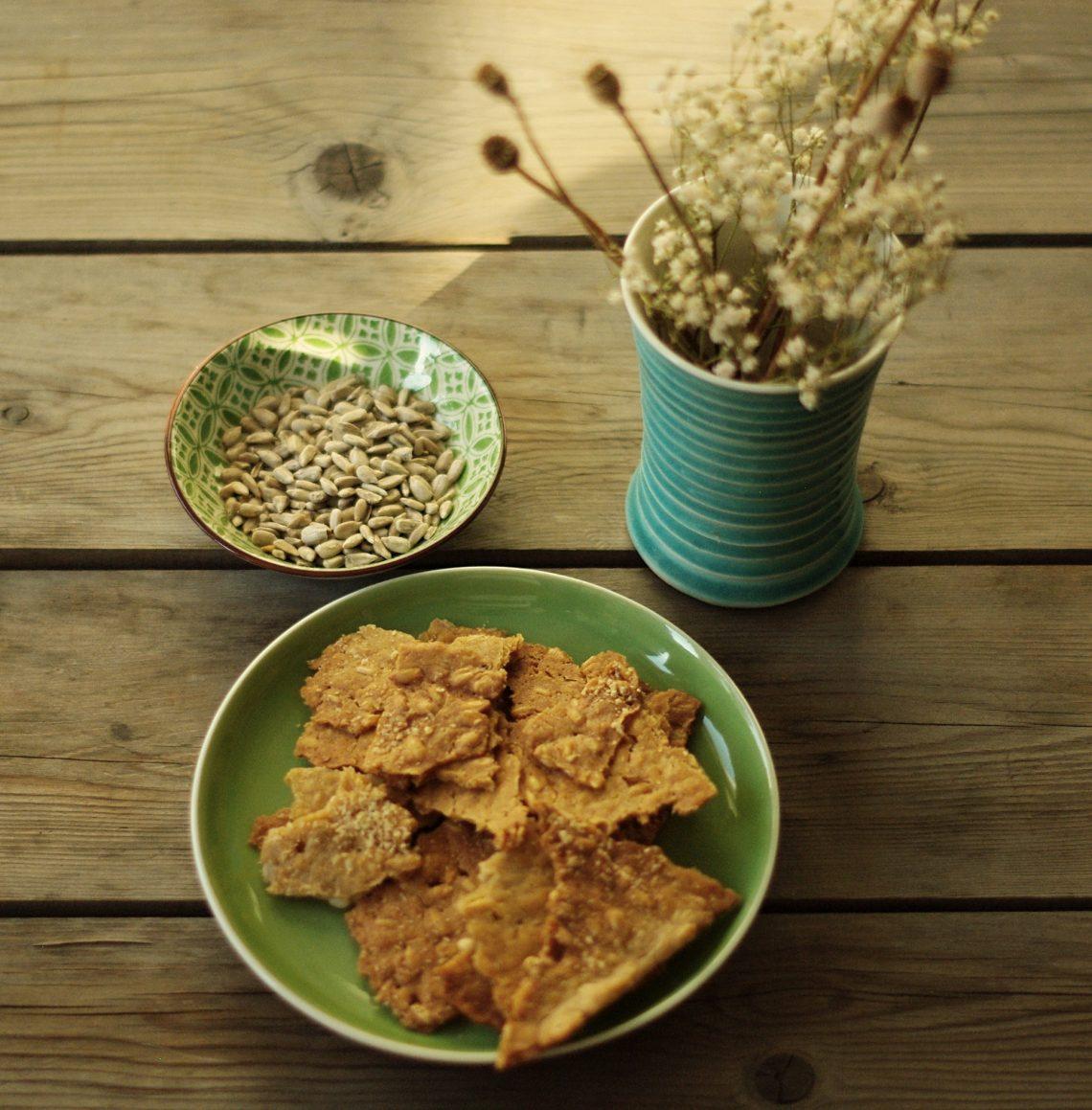 Sauerteig-Cracker, Sonnenblumenkerne und Trockenblumen