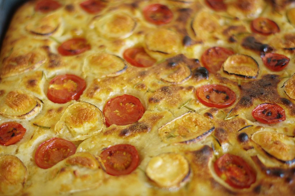 Focaccia mit Tomate, Ziegenkäse und Rosmarin