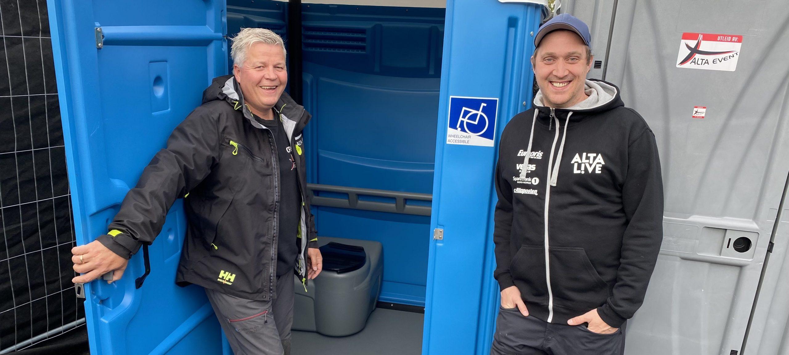 Bildet viser Festivalsjef Torgeir Ekeland og Stig Anton Eliassen i Alta Event som poserer foran det nye portable handicaptoalettet.