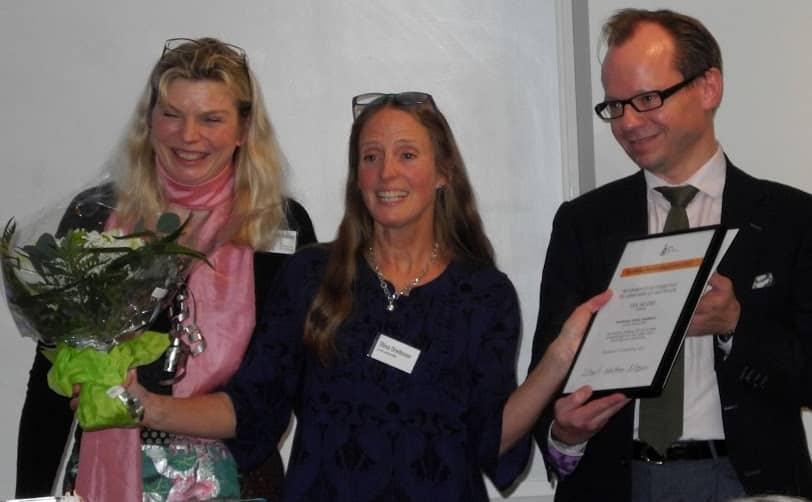 Den glade prismodtager, Stina Oredsson, modtager blomster og diplom fra Cecilia Clemedson fra Forska utan djurförsök, og Henrik Bonné fra Alternativfondet, Danmark.