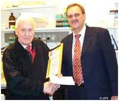 Professor Jørgen Clausen får overrakt prisen af bestyrelsesmedlem i Alternativfondet, Flemming Lundgren.