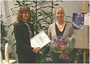 Prismodtager Nina Forss, til højre, modtager Nordisk Forskningspris til Alternativer til Dyreforsøg af Marianna Norring fra det finske Juliana von Wendts Fond.