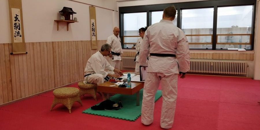 Sensei og Sempai undderskriver diplomer