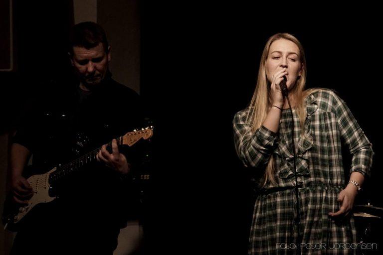 Amalie Thørholm kan bookes til private stuekoncerter sammen med guitarist Lasse Baggenæs. Skriv en besked via kontaktinfoen, hvis du er interesseret i at høre mere.