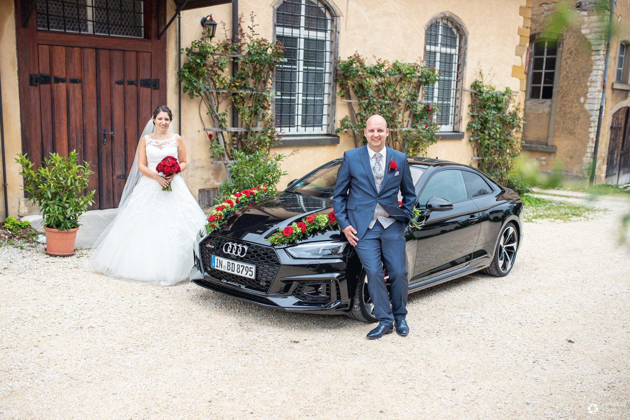 Brautpaarshooting mit dem Hochzeitsauto