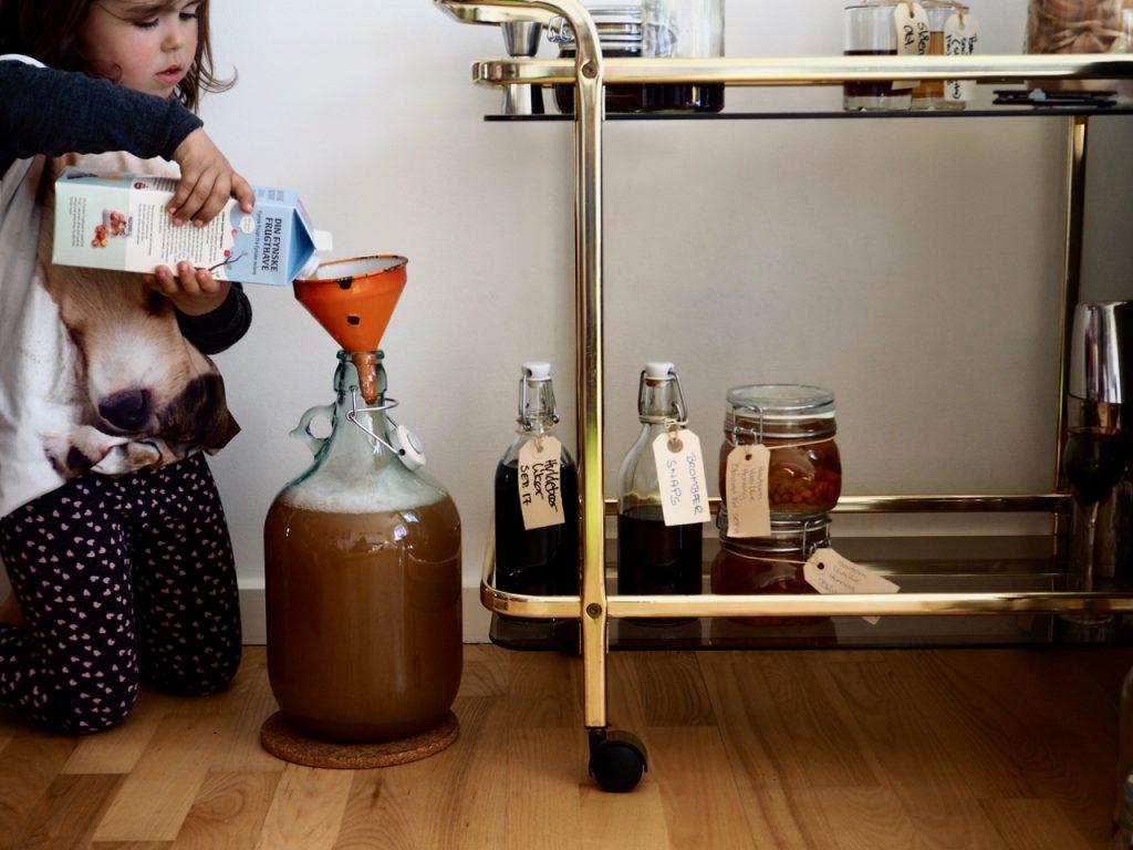 Æblemost til cider fyldes på glasballon