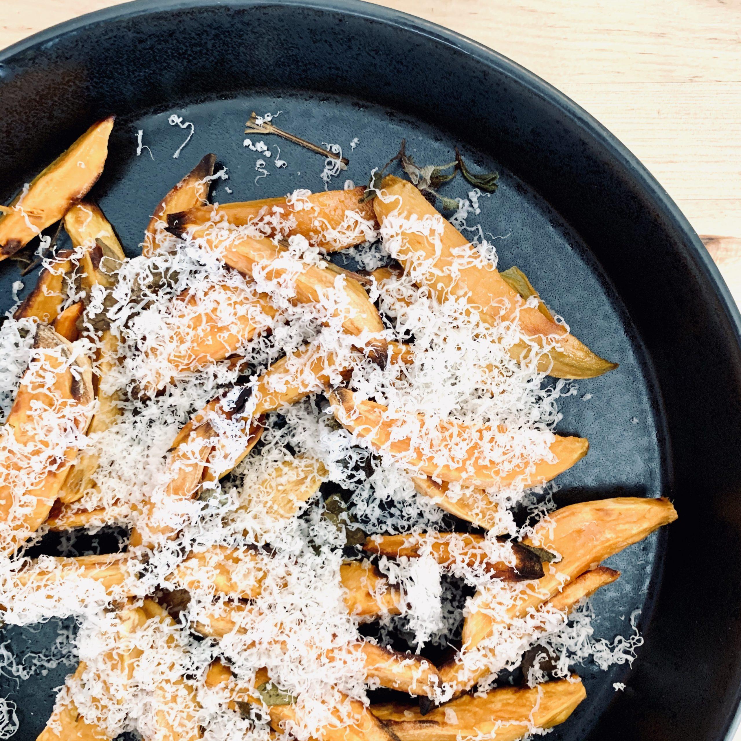 Stegte søde kartofler med revet Gruyère