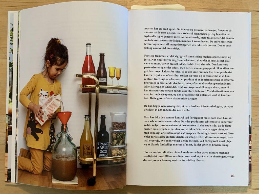 Luna hælder most op. Fra bogen Cider & frugtvin