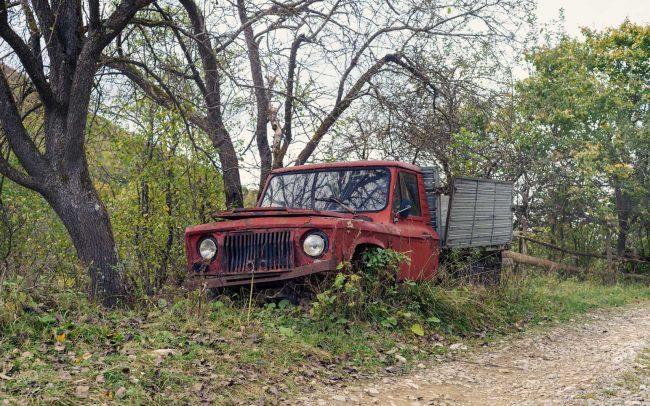 alter Truck am Ufer bei Geamana