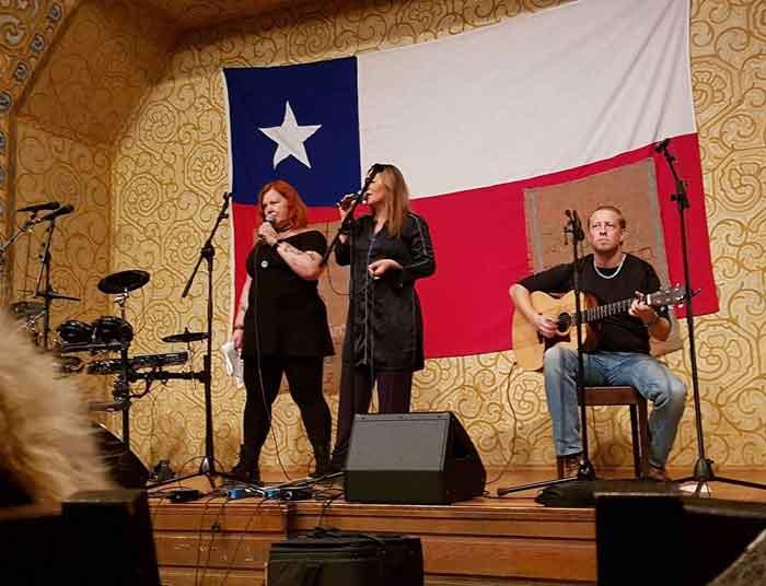 Anette och Claudia på scen