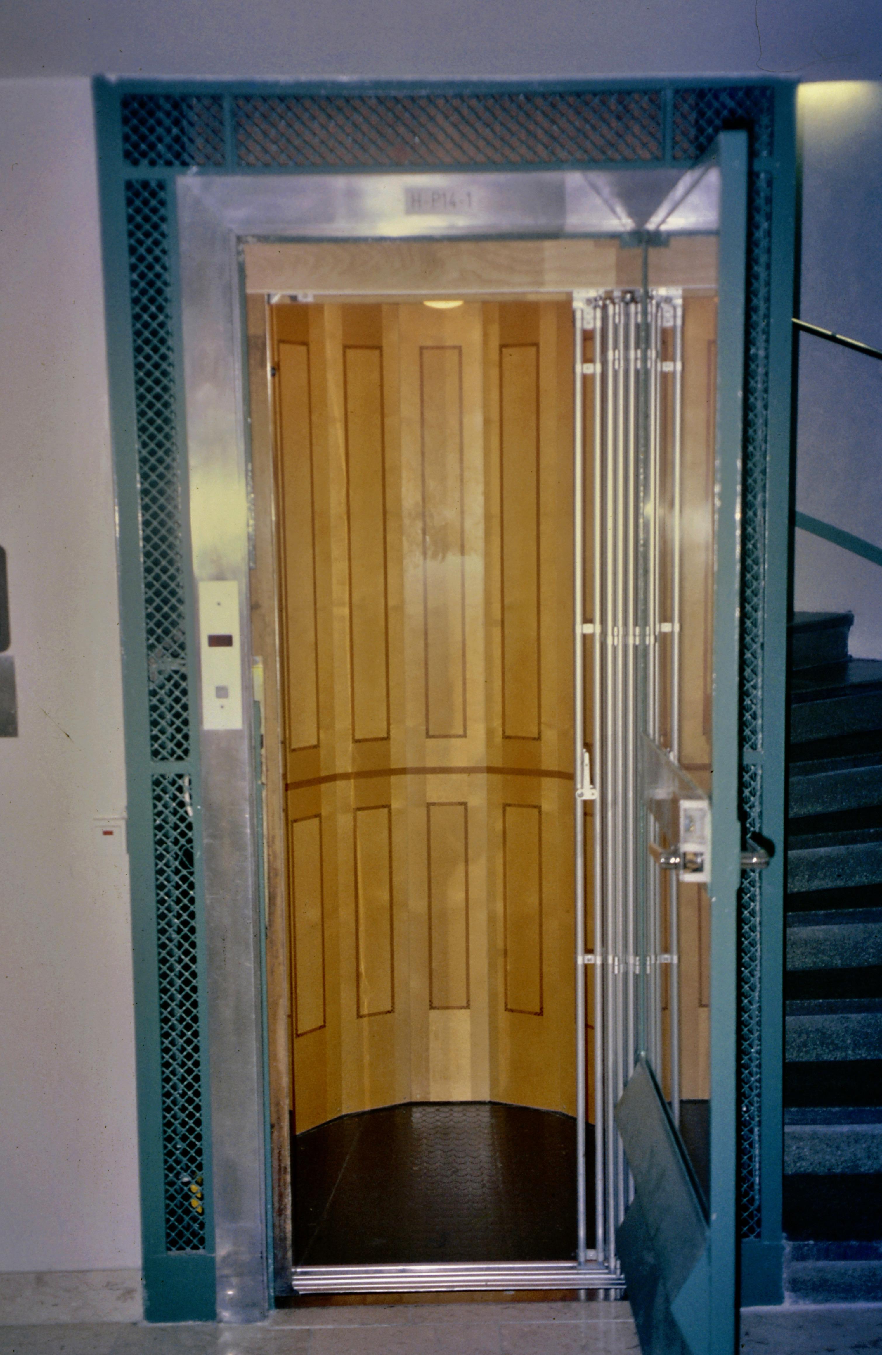 1991 Hissinredning med fanerläggning