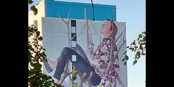 Muralmålning på hotellvägg i Borås