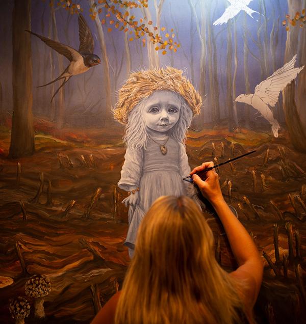 Anne Juul Christophersen i gang med et maleri