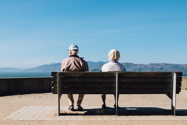 Ouderen genieten van uitzicht
