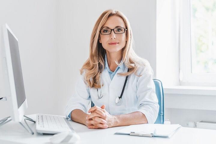 Pflege Medizin Praxisshirts für Damen in Arztpraxis