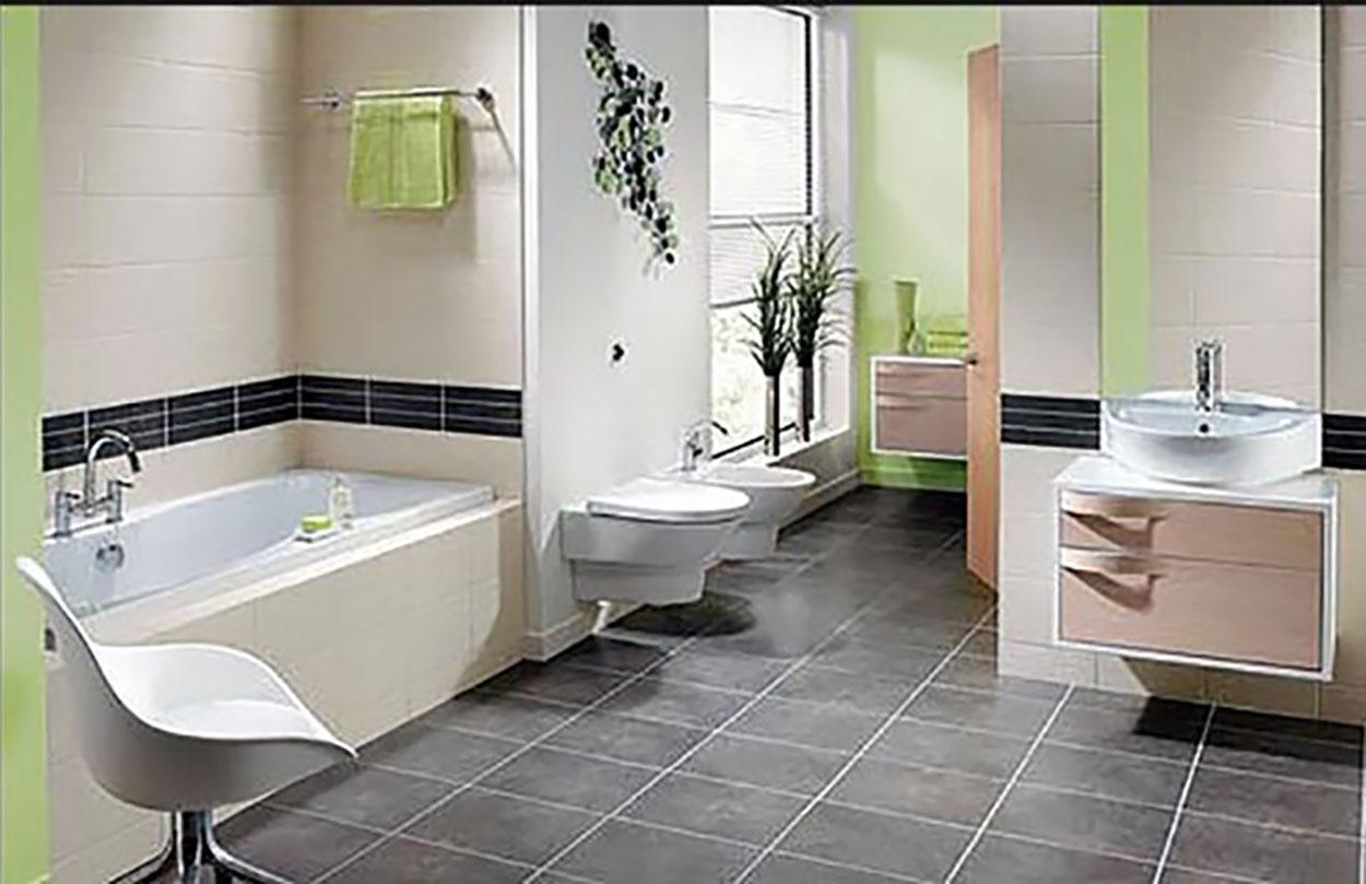Baño con bañera blanca