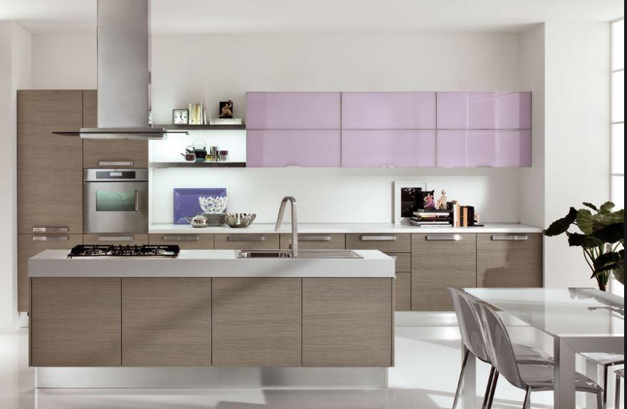 Cocina moderna imitando madera con un tono rosa