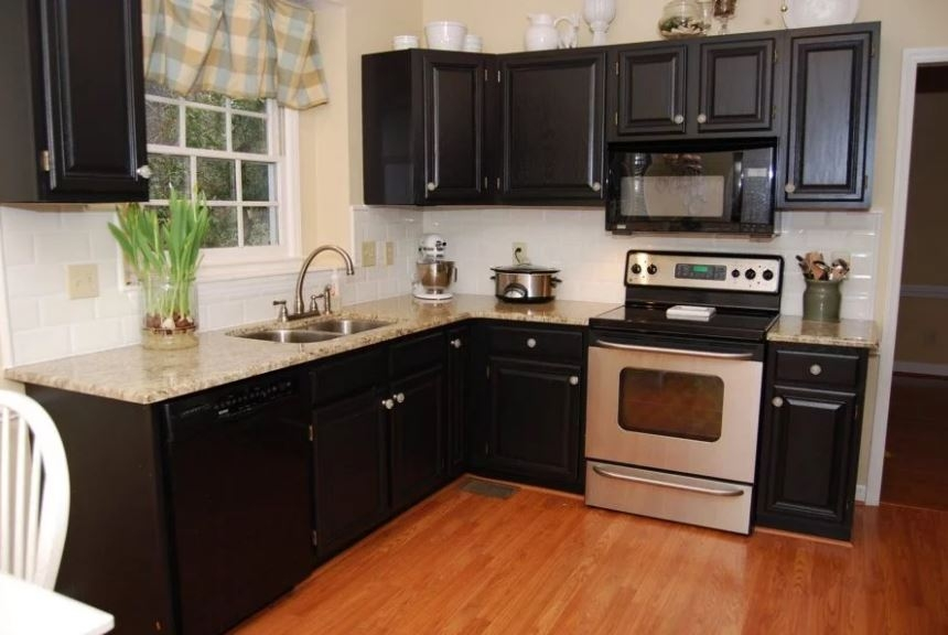 Cocina muebles lacados negro, encimera granito