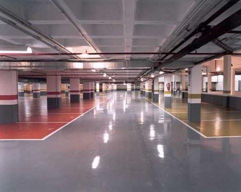 Garaje pintura suelo en colores varios, zocalo gris, rojo y blanco