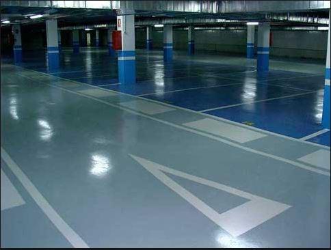 Garaje, suelo gris perla, blanco y azul, resto azul y blanco