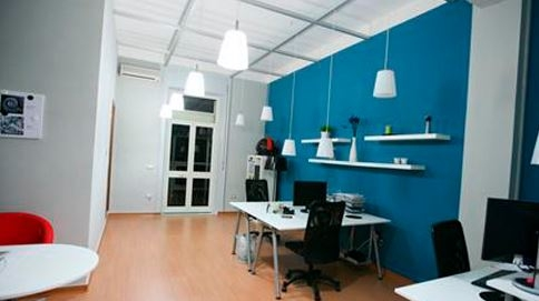 Sala paredes gris claro y azul especial