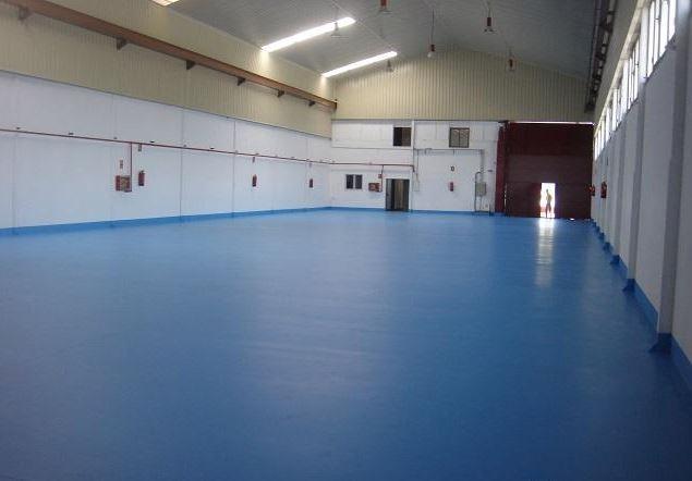 Nave suelo azul y paredes gris claro