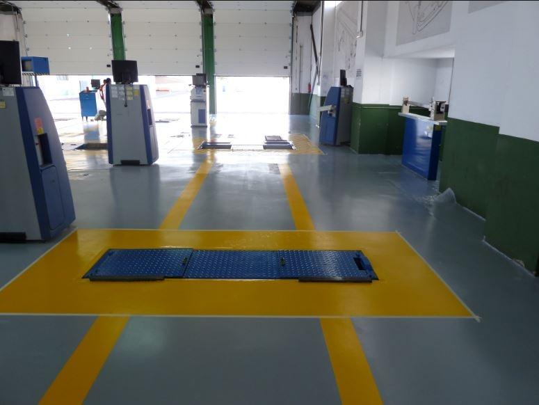 Nave taller suelo pintado en gris y naranja, resto verde y blanco