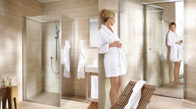 Reformas de baños modernos. Mujer en baño reformado mirándose en espejo