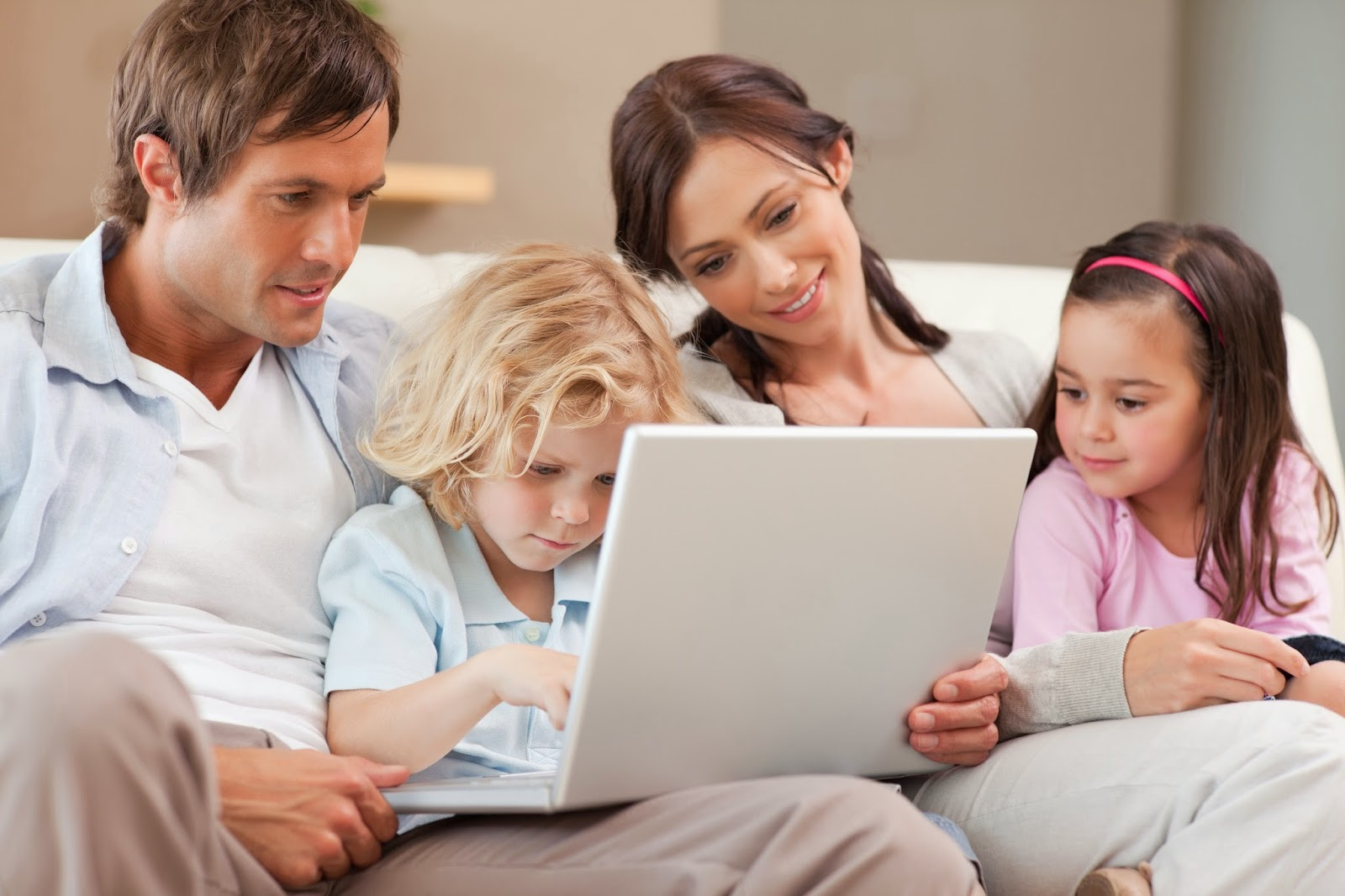 Reformas integrales. Pareja con dos hijos, viendo en un ordenador su reforma.