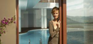 Mujer pensativa sobre una puerta corredera de PVC, Sumum (Arcolinea, s.l.)