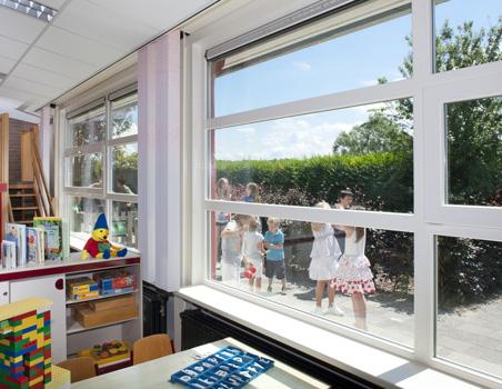 Ventanas abatibles Zendow#neo de PVC en escuela.