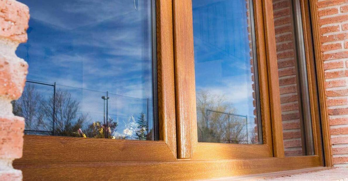 Ventana abatible de PVC color madera.