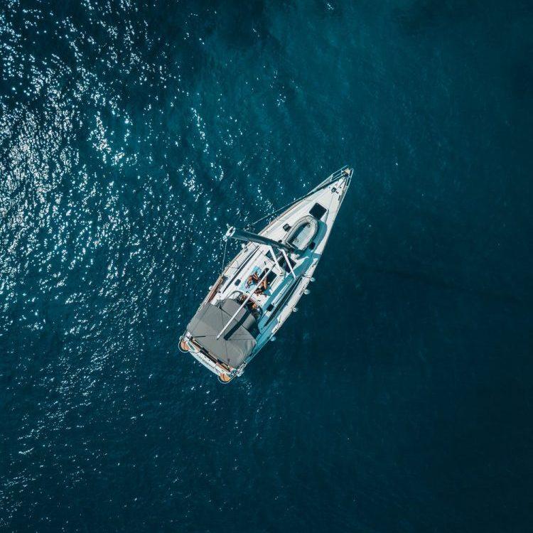 boot op water, eigen koers varen
