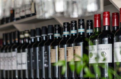 Vår dryckesmeny täcker en stor bredd av smak, det finns fina alkoholfria alternativ samt viner från tex Barolo i norra Italien.