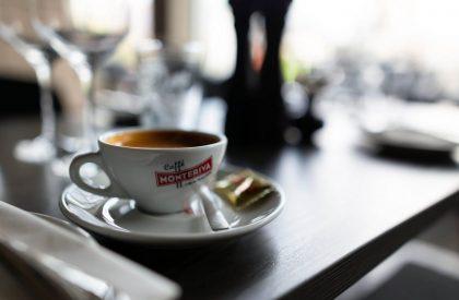 Vårt kaffe är alltid nymalt och serveras i förvärmda koppar. Kaffet serveras alltid med en liten bit choklad för att skapa fina lena smaker.