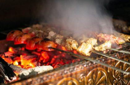 Upplev de fantastiska smaker som blir när fina råvaror och färska kryddor blandas och tillagas över en äkta het kolbädd.