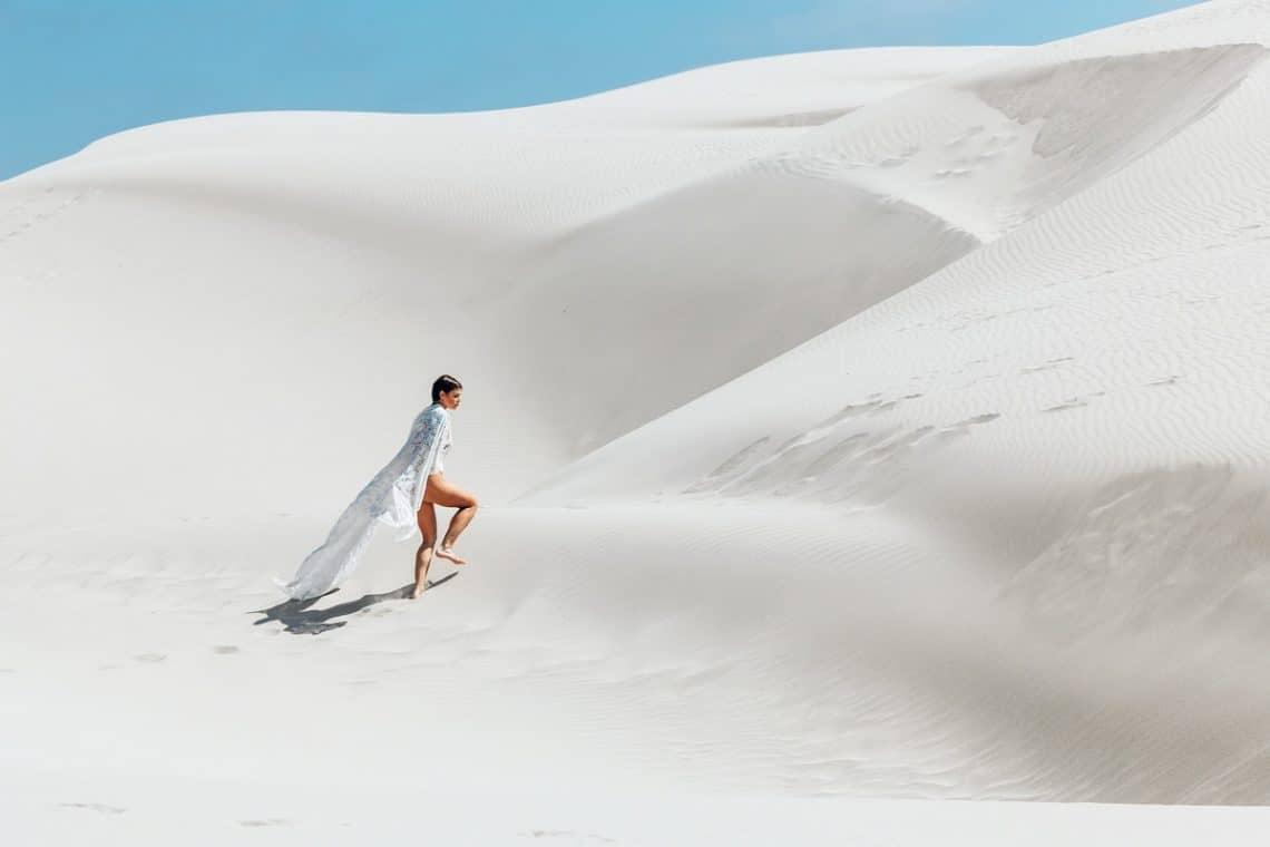 traversee du desert femme qui cherche son chemin