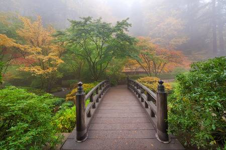 pont de la lune un matin brumeux à l automne à portland japanese garden ARMMONIE