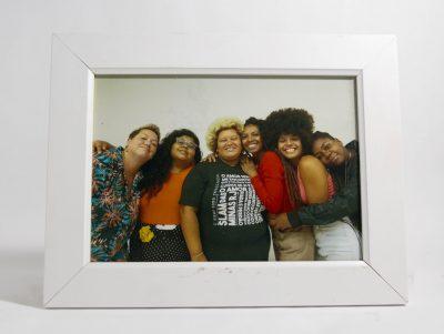Porta-retrato com foto com integrantes do Slam das Minas-RJ