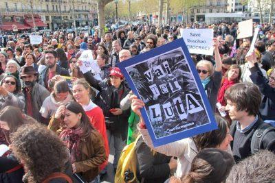 Registro fotográfico manifestação pró-democracia Paris, França