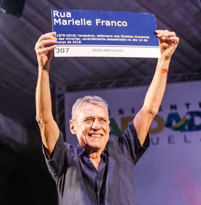 Políticos e artistas com a placa Rua Marielle Franco