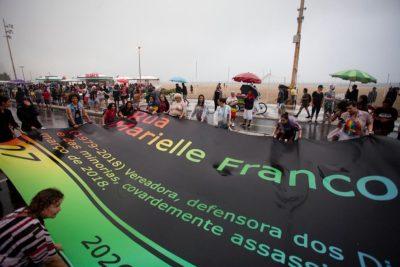 Bandeirão LGBTQIA+ da placa Rua Marielle Franco