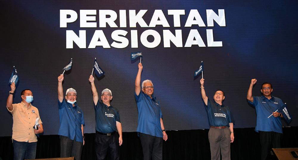 (From left) Datuk Seri Hamzah Zainuddin, Datuk Jahid Jahim, Datuk Hajiji Mohd Noor, Datuk Yong Teck Lee, Datuk Dr Jeffrey Kitingan dan Datuk Takiyuddin Hassan wave the Perikatan Nasional flag in Kota Kinabalu September 9, 2020. — Bernama pic
