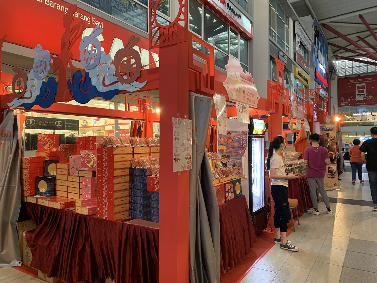 Check out the selection of delicious mooncakes and colourful landers at Sunway Giza Mall's Mid-Autumn Fair.  — Picture courtesy of Sunway Malls