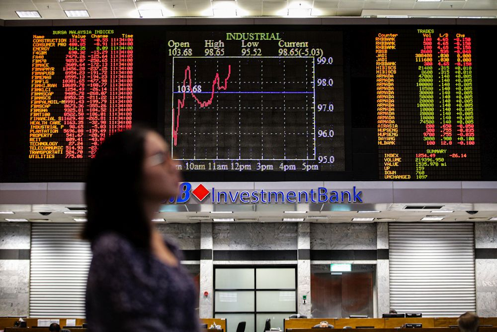 At 9.10am, the benchmark index FTSE Bursa Malaysia KLCI (FBM KLCI) gained 2.34 points to 1,526.66 after opening 2.37 points lower at 1,521.95. ― Picture by Hari Anggara