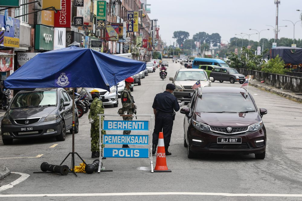 Police and Armed Forces personnel conduct checks during a roadblock on Jalan Batu Unjur  in Klang. — Picture by Yusof Mat Isa
