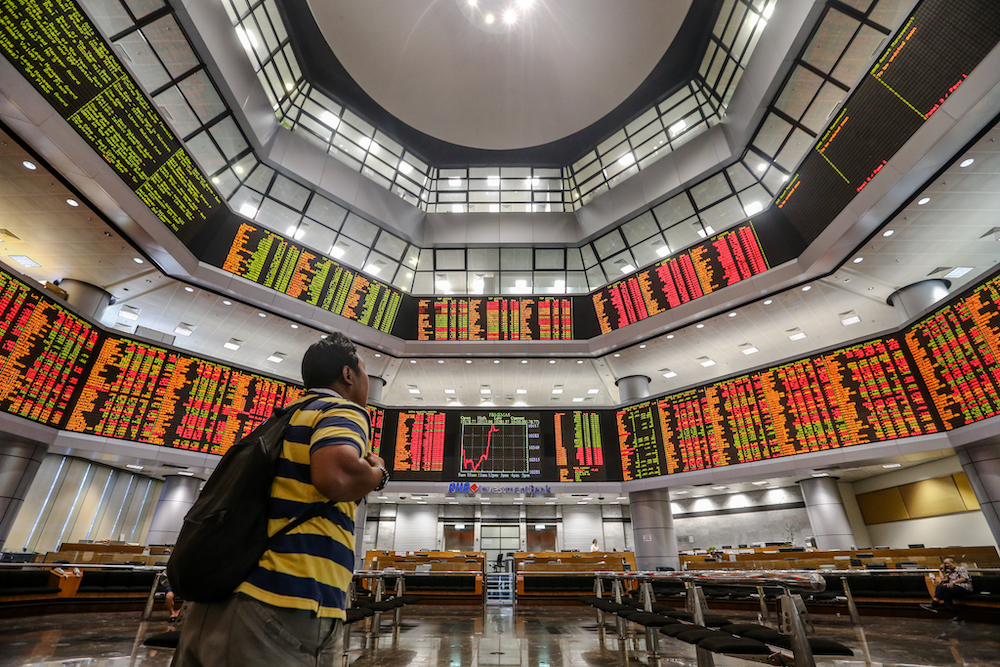 The overall market breadth was positive with gainers trouncing losers 648 to 387, while 395 counters were unchanged, 732 untraded and 27 others suspended. — Picture by Firdaus Latif